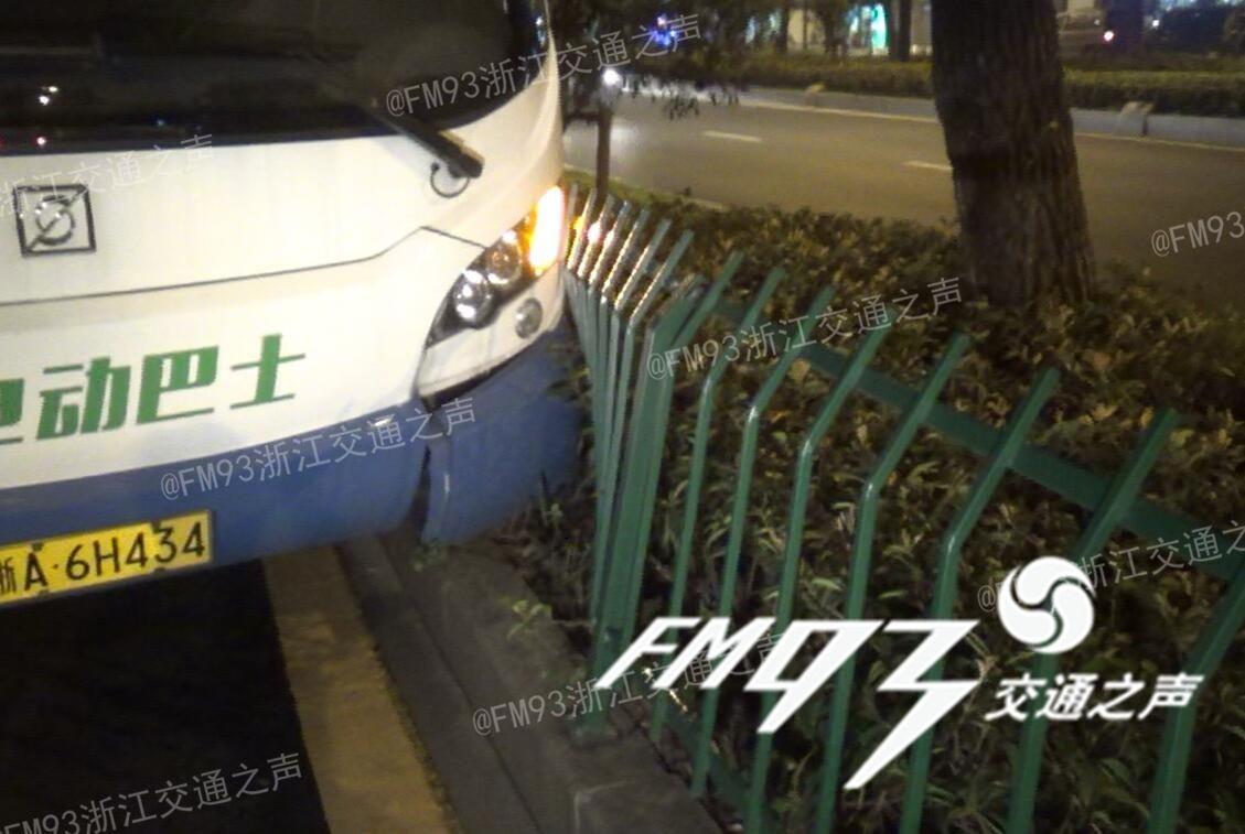 就拔车钥匙 载10多乘客的公交车撞上绿化带高清图片