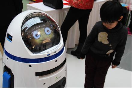 助阵迎新年 机器人小胖带萌娃听故事