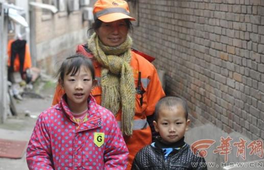 女孩 王小兰/昨日,一组孙女和保洁员奶奶在街头清扫马路的照片在网络上引发...