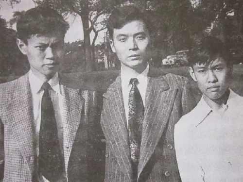 1949年摄于美国芝加哥大学。左起:杨振宁、邓稼先、杨振平。