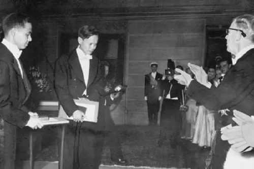 1957年,中國物理學家李政道(左)、楊振寧(中)接受諾貝爾物理學獎