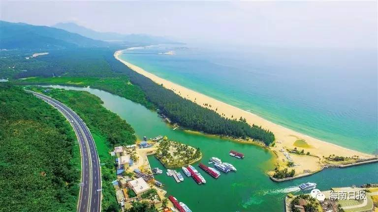 海南东线高速公路牛岭段串起了大海,山岭,内海等多种滨海美景.