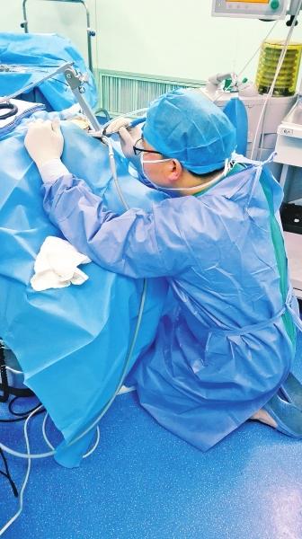 漯河一医生跪地手术40分钟瘫倒曾为病人吸痰