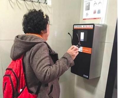 北京公厕推刷脸出纸:约束过度使用厕纸