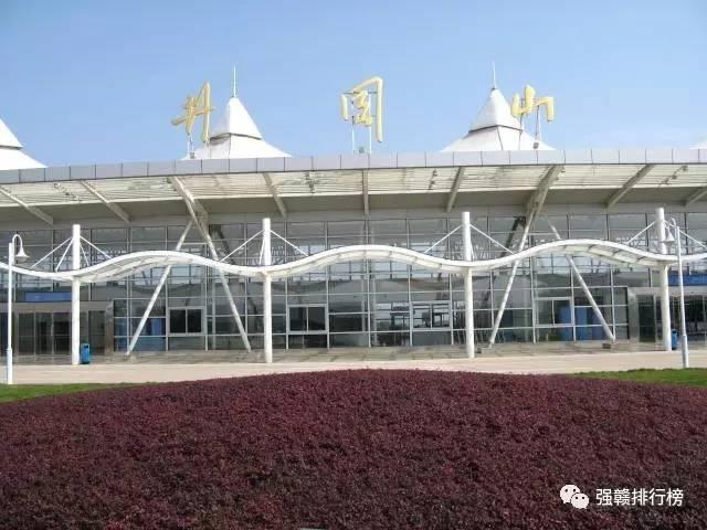 井冈山机场位于吉安市泰和县境内,距井冈山风景区80公里,距中心城市