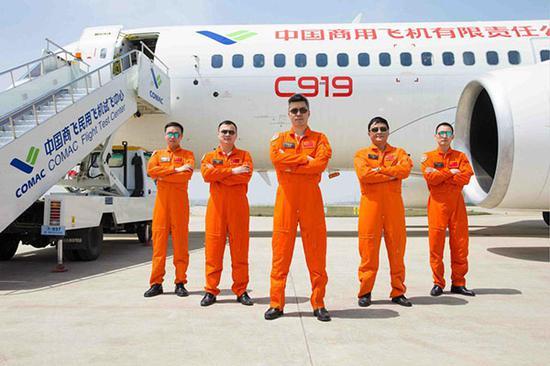 英姿飒爽的首飞团队。上观新闻图