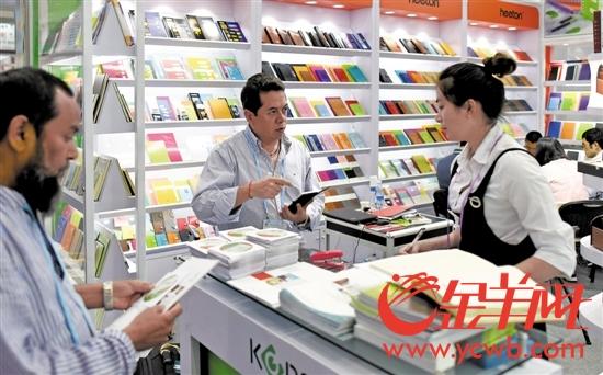 客商在广交会上选购文具