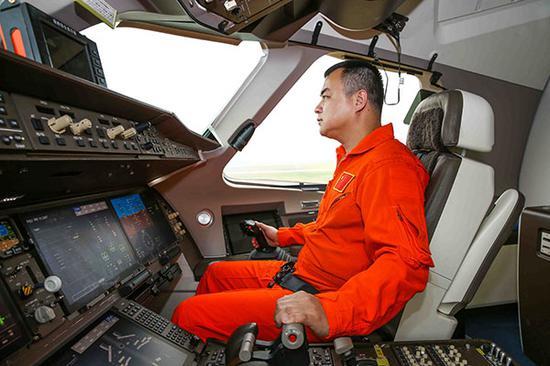 坐在C919驾驶室中的吴鑫。上观新闻图