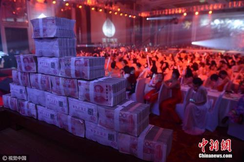 2017年1月4日,太原一企业年底邀明星为员工发百万现金。武六红摄图片来源:视觉中国
