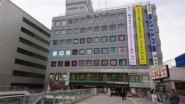 """日本超市窗户神似""""游戏卡带"""" 网友拍照留念"""