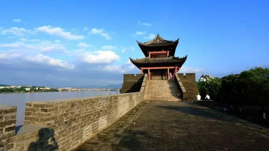主要旅游景点有通天岩,八境台,郁孤台,赣州古城墙等.