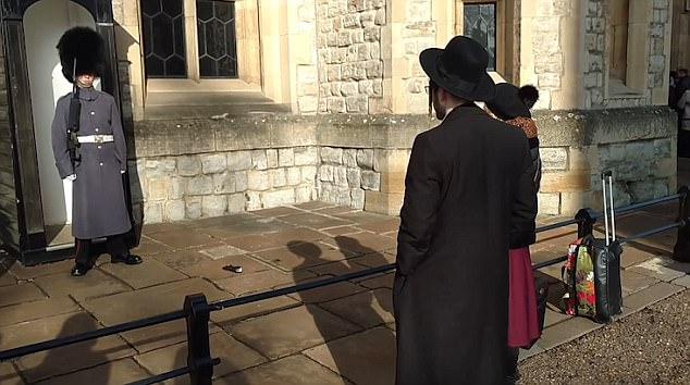 女游客调戏英女王护卫:士兵,把我的手套捡回来