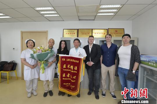 6月15日,来自英国的Hailey与她的朋友们专程来到医院,把锦旗和鲜花送到了医生手中,对挽救她生命的医护人员道声感谢。 范丽芳摄