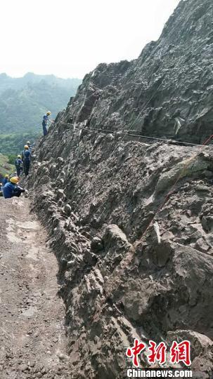恐龙化石发掘现场。 贺云辉摄