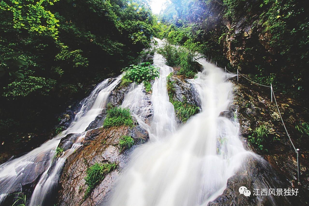 """丫山瀑布 在各种水的形态中,最博大的是海,最宽容的是湖,最绵长的是江,而最勇敢、最纯粹的则是瀑布。古往今来,瀑布成为众多大家名流竞相称诵的对象。李白的""""飞流直下三千尺,疑是银河落九天"""",白居易的""""水悬三尺,泻阶隅,满石渠,昏晓如练色,夜中如环佩琴筑声"""",王安石的""""共看玉女机丝挂,映日还成五色文"""",还有唐宣宗李忱的""""溪涧岂能留得住,终归大海作波涛"""",他们毫不吝啬对瀑布的描绘和赞美,是因为瀑布吻合了诗人对理想、生"""
