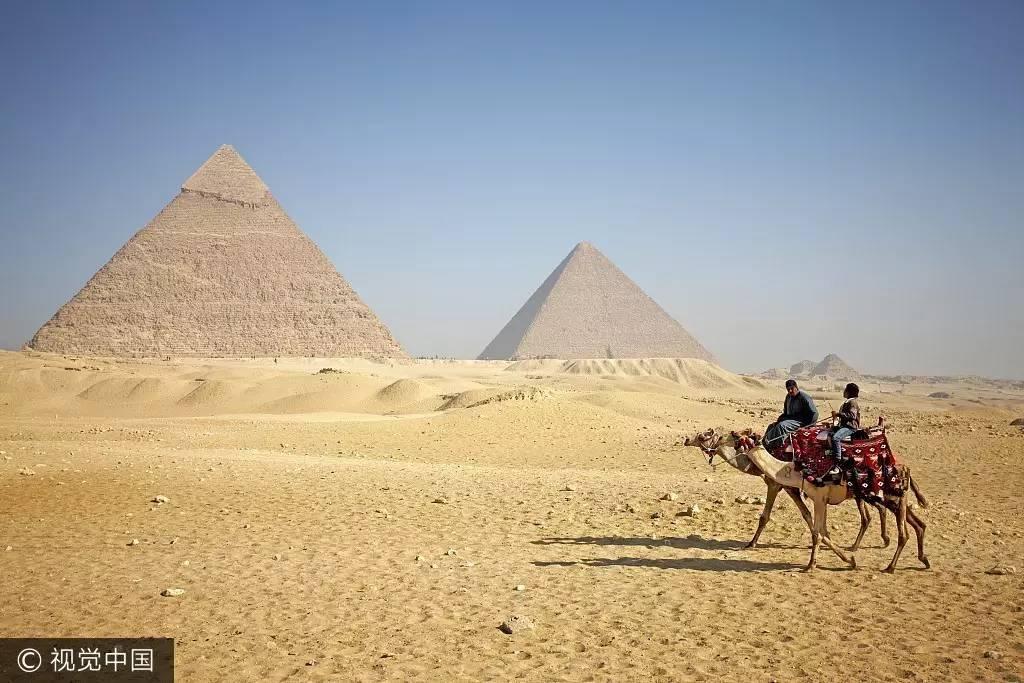 没错,必不可少的照片是这样的:漫漫沙漠中骑着骆驼悠游在三座金字塔前