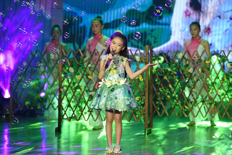 童星邓文怡出席2017快乐阳光全国总决赛开幕式