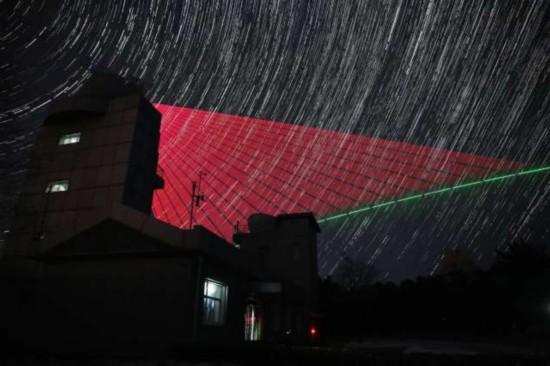 2016年11月28日,在河北兴隆观测站, 墨子号 量子科学实验卫星过境,科研人员在做实验。(合成照片)。 新华社记者金立旺摄