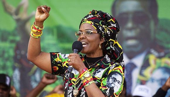 儿子花天酒地 津巴布韦第一夫人南非抽打嫩模