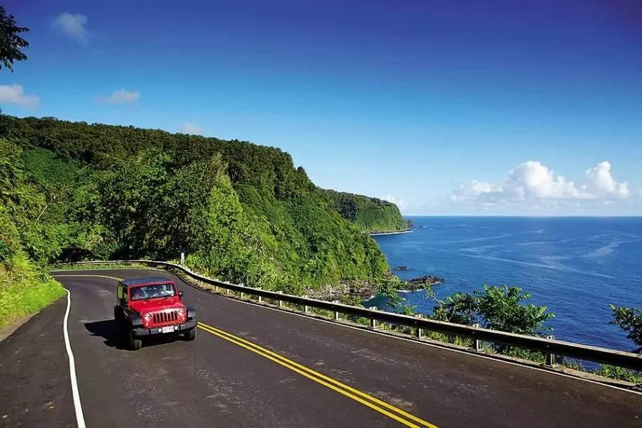 美国夏威夷|哈那高速公路 这段公路仅仅只有32英里(约合51千米)长,但是有超过600个拐弯处,以及54座桥。哈那高速公路几乎一路都是狭窄的单车道小桥、U型急转弯,司机在驾驶时必须保持高度的注意力集中,路边优美的景色只能让乘客好好品味了。 7 美国|66号公路