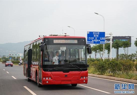 """无人驾驶公交客车上路!乘客点赞:开得就像""""老司机"""""""