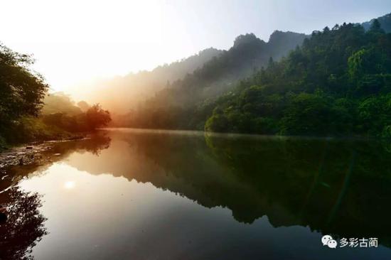 """黄荆乡以三大优势助创""""环境优美示范城镇""""。"""