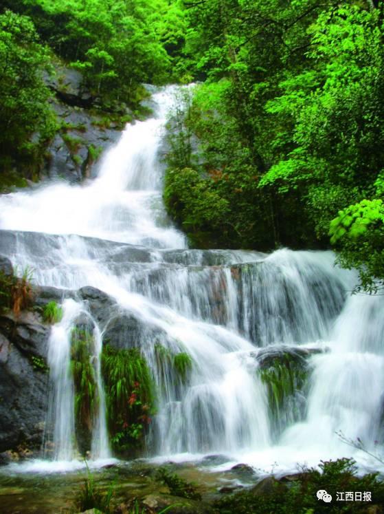 双溪湖水利风景区地表水资源丰富,源于大茅山主峰的马溪蜿蜒贯穿东西