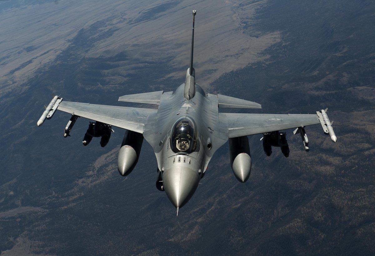 """战斗机--美国一架F-16""""战隼""""战斗机坠毁"""