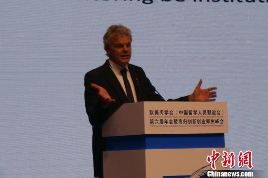 图为2014年诺贝尔奖生理或医学奖获得者爱德华·莫索尔在欧美同学会第六届年会暨海归创新创业郑州峰会上做主题演讲。 韩章云摄