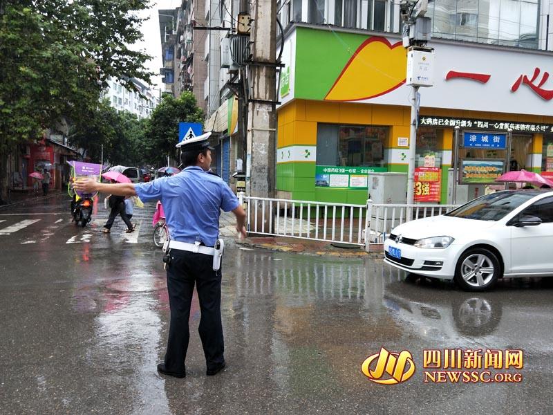 大雨突袭 开江交警冒雨疏导交通获市民点赞
