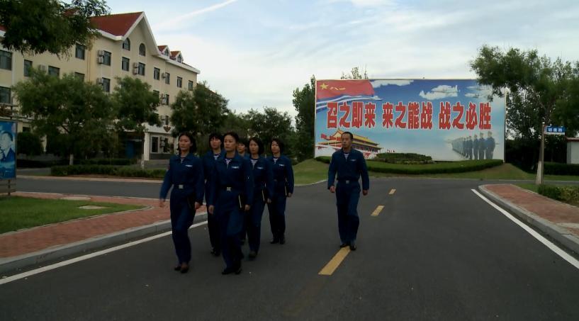 中国海军首批空中女战勤加入战斗序列 (组图)