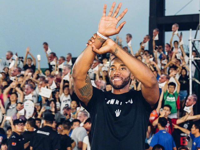 """天梭""""绝杀时刻""""挑战赛北京站,NBA全明星球员科怀•伦纳德惊喜现身赛场,图片来源于天梭。"""