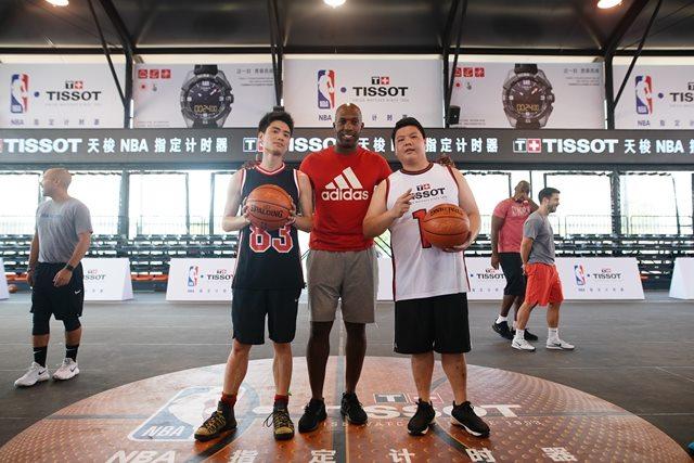 昌西•比卢普斯与现场MVP合影并赠予签名篮球,图片来源于天梭。