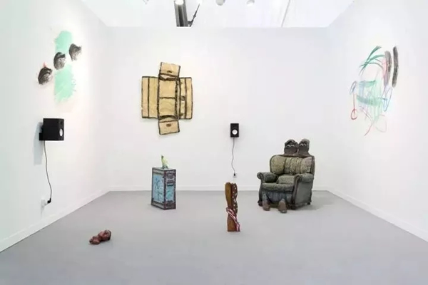 Musa Paradisiaca的作品,在2017年度弗里兹伦敦的Múrias Centeno展位。图片:Courtesy the gallery(图转载于artnet)
