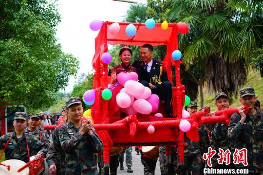 军营举办集体婚礼21对新人喜结连理