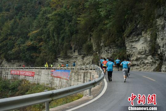 图为第三届中国跑客节,跑客穿行在青山绿水间。 钟欣摄