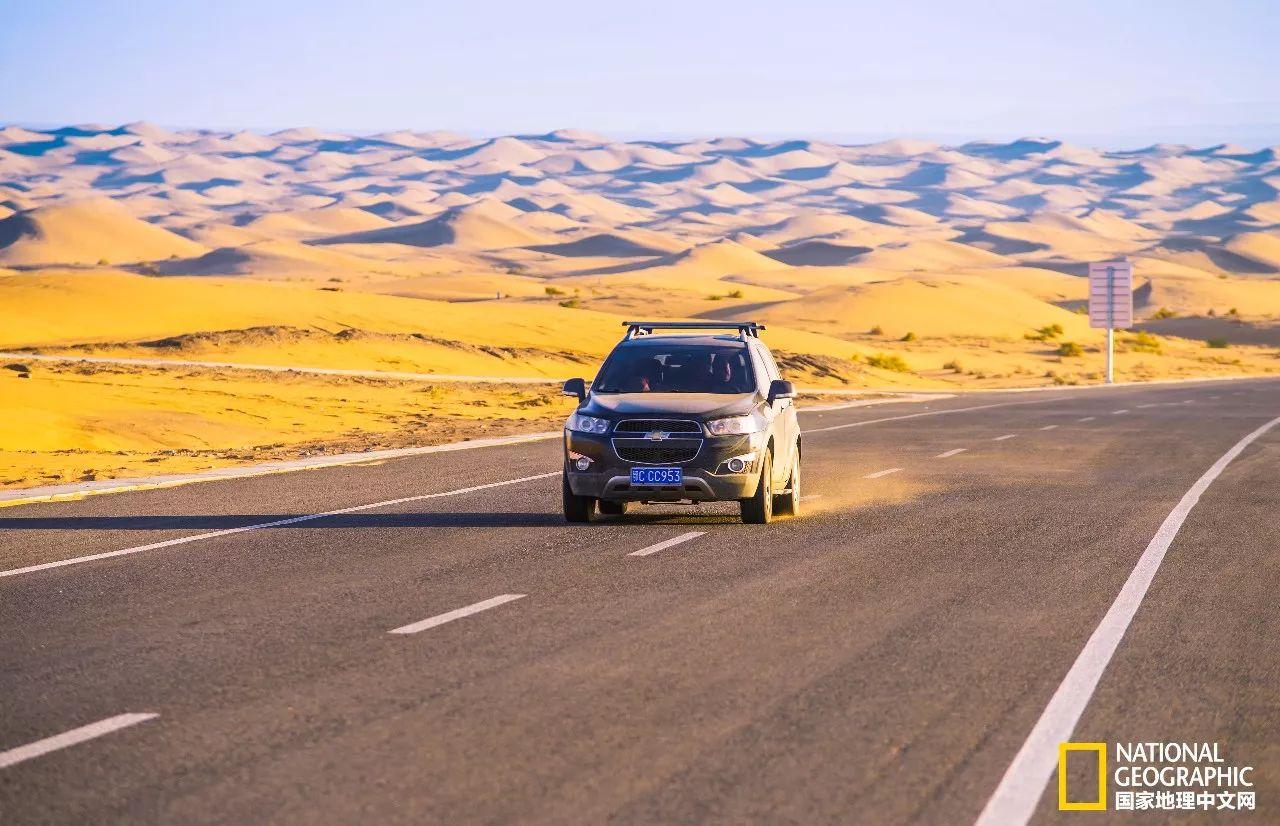 """公路尽头那若隐若现连绵的山脉就是宁夏与内蒙的界山:贺兰山。 但是,到了要离开的时间,我得走了。越野车驶上了通往左旗的公路,不知何时,在这沙漠深处的公路上竖起了一座大门,上面写着""""梦想沙漠公路""""6个大字。也许,对于宁蒙甘交界处的人们来说,这条公路确实承载着他们的梦想与希望,它使曾经沙漠造成的地理阻隔成为历史,它是他们与外界交流的纽带,它带着我驶向远方…… 沙漠旅行tips: 沙漠的气候和地理条件非常恶劣,进入沙漠请尽量选择经验丰富的户外领队或户外旅行社,"""