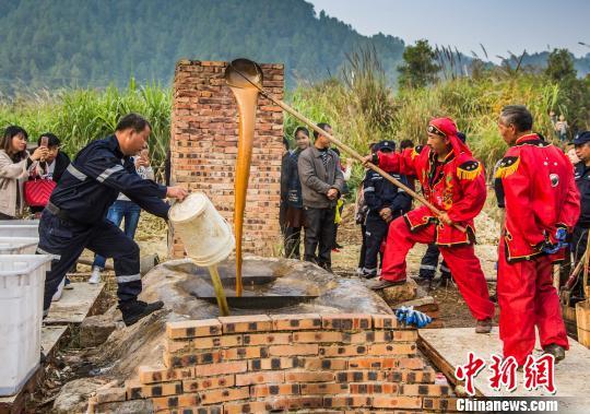 江西省德兴市银城街道天门山中家洲村民在砍完甘蔗后,邀亲朋好友来帮忙熬糖。 詹发文摄
