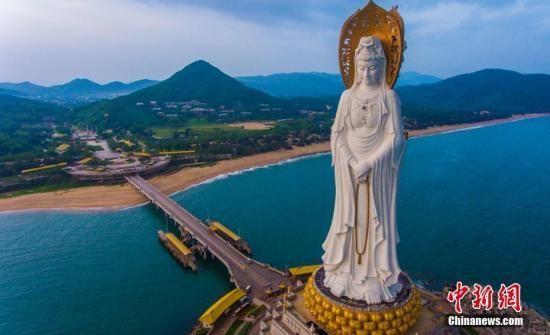 航拍海南省三亚市南山景区108米海上观音像,这座观音圣像于2005年建成,一体三面,构思精妙,庄严精美,在夕阳的映照下十分壮观。 骆云飞摄