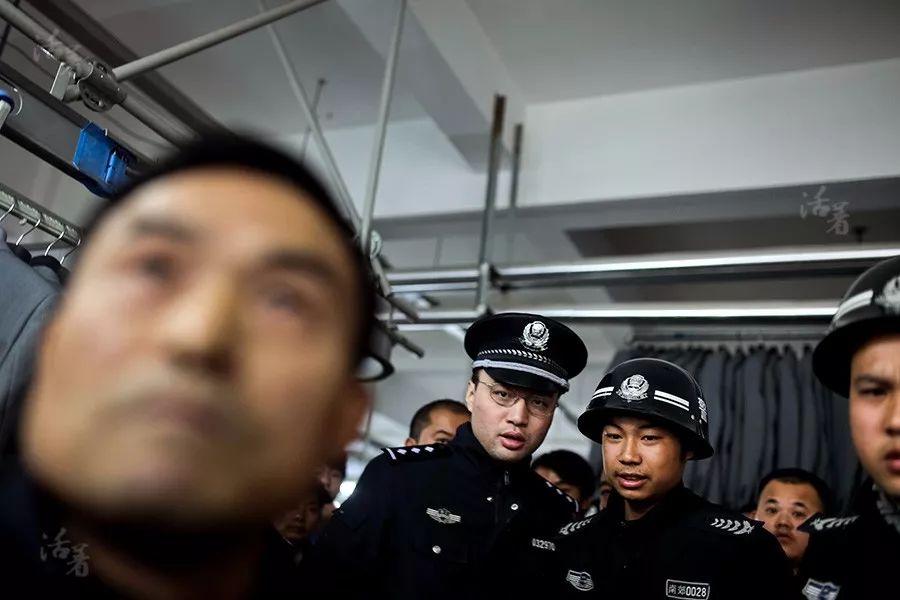 温州往事:跑路的老板被捆绑双手 汽油浇遍全身