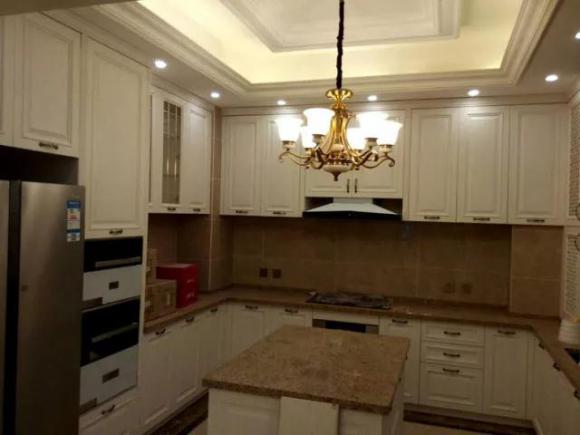 厨房对外敞开,没有装门,流畅的门洞造型时尚简洁,与外部护墙板相协调.