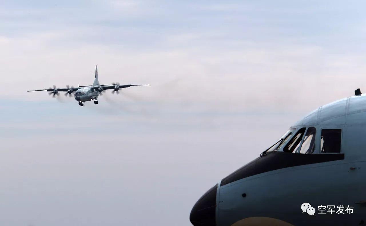 空军运9机群奔袭数千公里 抵南海岛礁空投演练