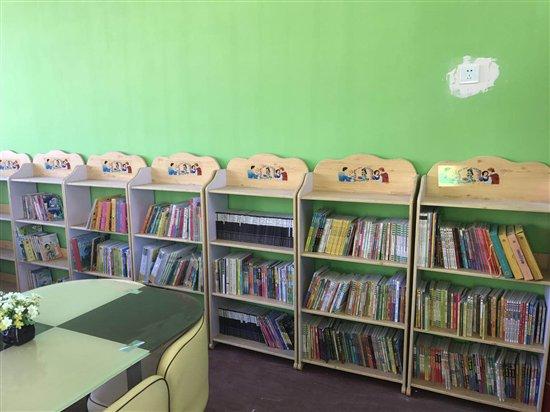 适合小学生阅读的图书室,方便小学生们借阅以及开展读书活动等等.