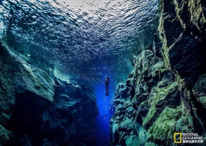 极致之旅  摄影:nudiblue/getty 一名潜水员正从丝浮拉裂缝浮上水面.