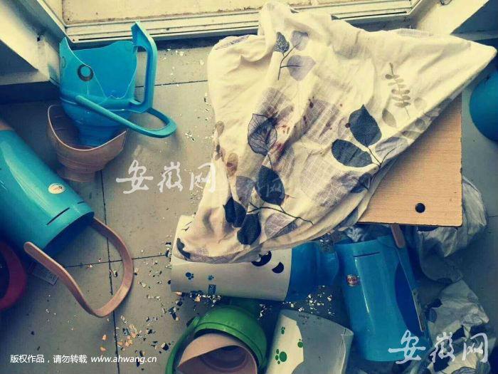 """图为发生""""校园欺凌""""的案发现场,多个暖水瓶被砸碎"""