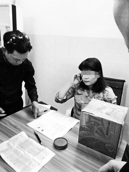 陈某在和何先生等人签约。