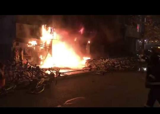 绵阳科委立交桥下一店铺发生火灾无人员伤亡