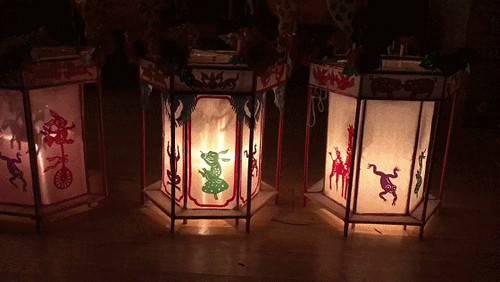 此灯笼采用高粱秆 灯笼纸纯手工制作,依靠蜡烛加热空气,模仿蒸汽机
