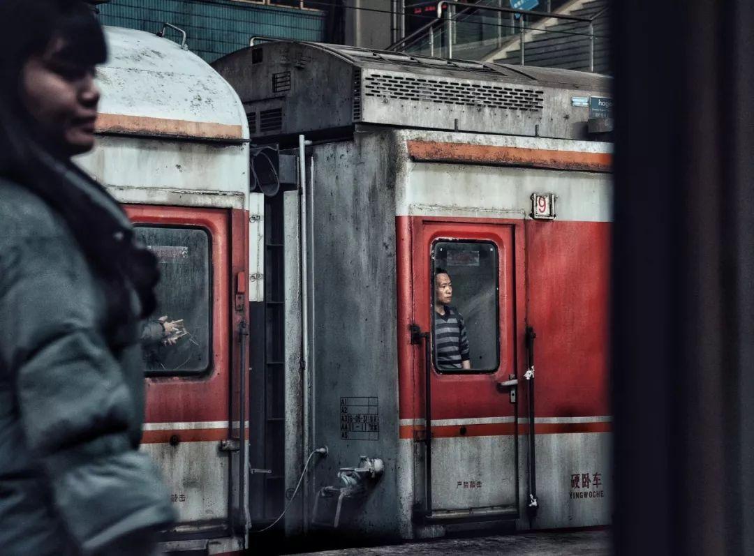 还记得那些年春运吗?绿皮火车、方便面与成人纸尿片