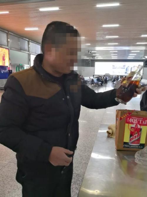 药酒带不上动车,男子一口气喝完半瓶醉倒在火车站